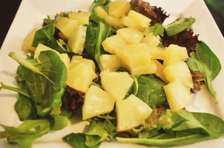 Acompañamiento...Ensalada de lechuga, espinaca, rúcula y piña